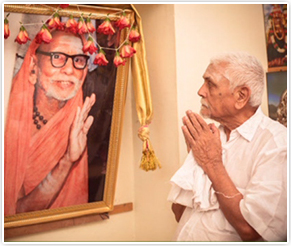 Arusuvai Praying to Periyava